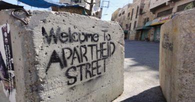 Open Shuhada Street sit in a Bologna in piazza Nettuno contro il colonialismo israeliano in Palestina