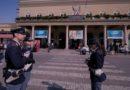 Senza mascherina in stazione, si scaglia contro la polizia e viene trovato in possesso di droga: arrestato