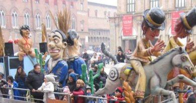 carnevale bambino cade dal carro allegorico in via Indipendenza a Bologna