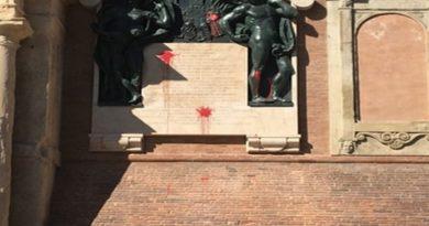 imbrattati i bronzi sulla facciata di palazzo d'accursio
