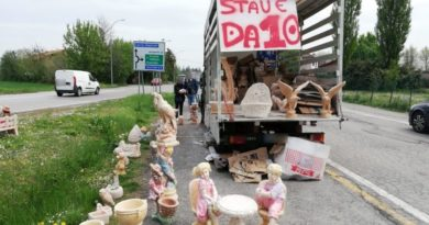 Statue e vasi da giardino venduti abusivamente, multato un 27enne