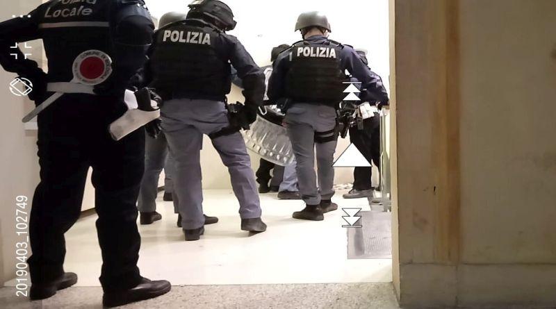 Uomo sospetto nella biblioteca SalaBorsa polizia interviene in tenuta antisommossa