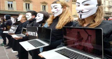 Vegani di Anonymous contro le torture negli allevamenti intensivi
