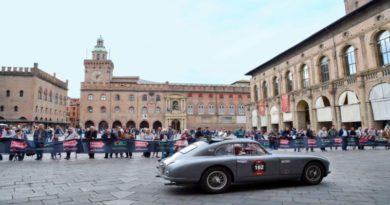 Auto d'epoca sfrecciano sotto le Due Torri, Bologna terza tappa della 1000 Miglia
