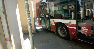 Bus colpisce un cartello stradale che cade addosso a una donna
