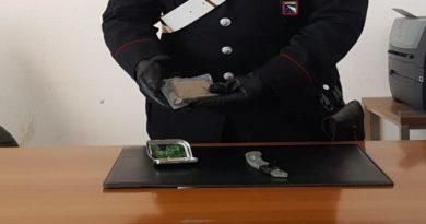 Hashish nel portamonete e in casa, arrestato un 64enne per spaccio