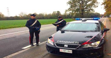 Si fa i selfie mentre guida e azzanna il carabiniere che la ferma,