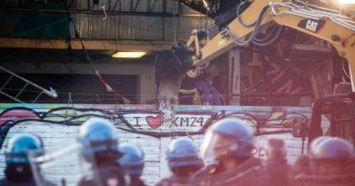 Sgomberato con una ruspa l'Xm24 a Bologna, Salvini esulta per una decisione del Pd