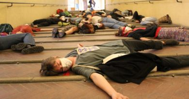 Emergenza climatica, bendati e sdraiati in Comune in segno di protesta