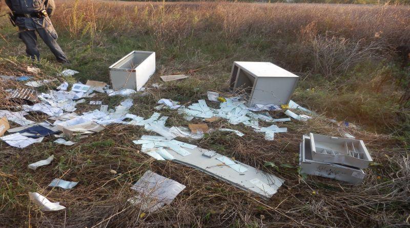 Sembravano mobili da ufficio abbandonati, ma invece erano 2 casseforti piene di assegni libretti, denaro e anche un passamontagna