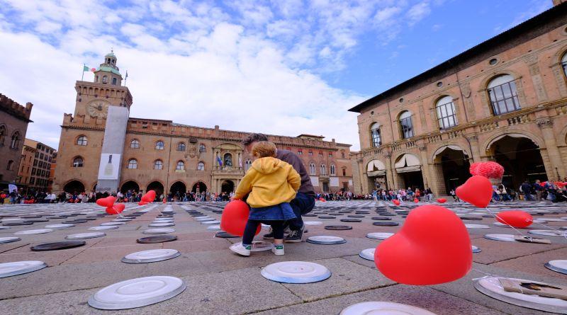 Piazza Maggiore apparecchiata con 10 mila piatti vuoti contro la fame nel mondo