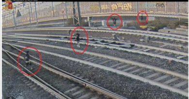 Polizia ferroviaria ferma ragazzi che si stavano facendo un selfie sui binari