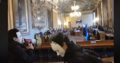 Blitz del Padrone di Merda in Consiglio comunale, fermati e portati in Questura