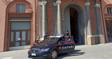 senzatetto aggredisce carabinieri bologna