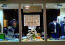 Un quadro in tessuto e altre 2 sculture, continua l'arte nella vetrina della boutique da uomo Ambrosi