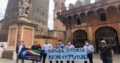 Flash mob di Fratelli d'Italia per difendere la statua di San Petronio, ma cosa c'entra?