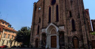 san francesco bologna sindaco chiude la piazza per assembramenti