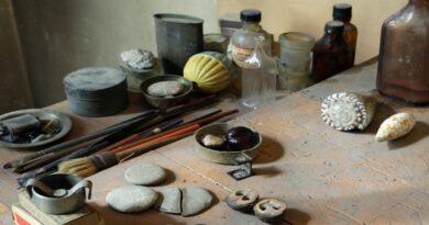 """""""Castagne matte"""", una mostra a Bologna su curiosi rituali """"utili"""" per accettare la realtà"""