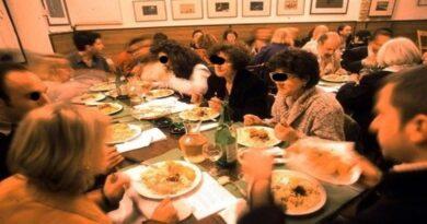 «Conviventi a cena nei locali al chiuso dei ristoranti», la proposta no sense della Lega