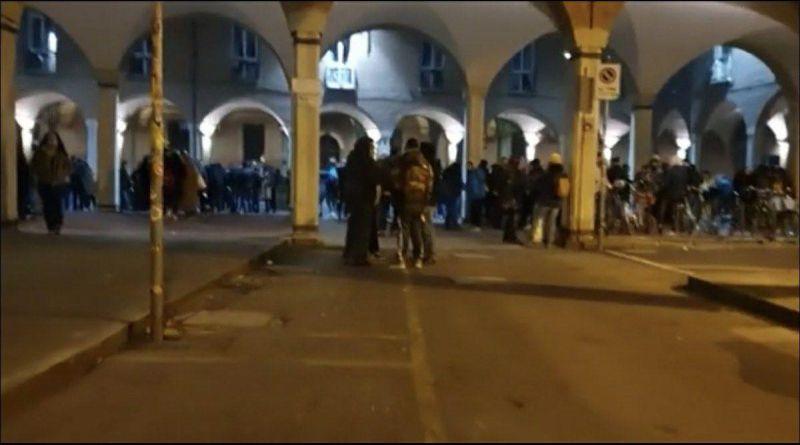 piazza scaravilli assembramenti ragazzi giovani bologna