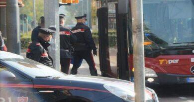 aggredisce un carabiniere sull'autobus 83 ospedale maggiore bologna