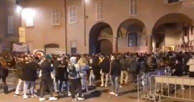 """Centinaia di ragazzi assembrati ieri sera in piazza Verdi al grido """"Libertà, libertà!"""""""