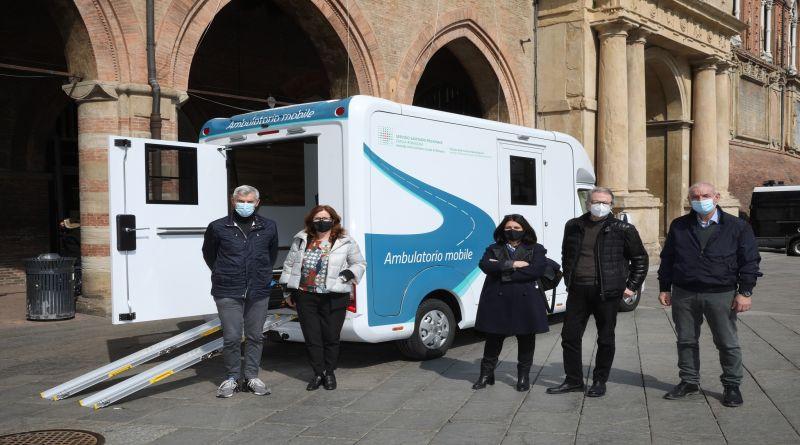 Vaccini anti-covid, il camper dell'Ausl di Bologna in giro per le somministrazioni domiciliari