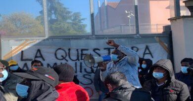 migranti protesta bologna comune marco lombardo