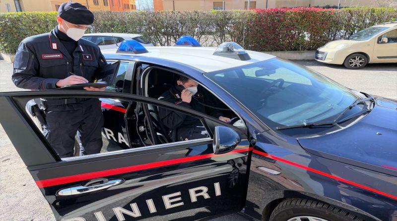 83enne si tocca le parti intime davanti a una scuola, arrestatoe rimesso in libertà