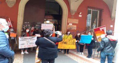 «Noi docenti immobilizzati fuori provincia per decenni», protesta dei prof a Bologna
