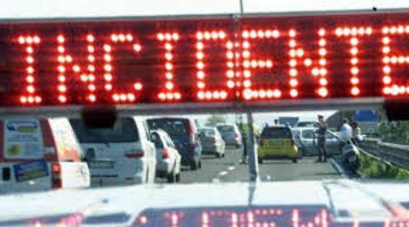 Investe un capriolo in autostrada a Borgo Panigale, grave la donna alla guida dell'auto