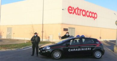 Ruba quasi 2 mila euro di prosciutto crudo da un supermercato, arrestato 49enne