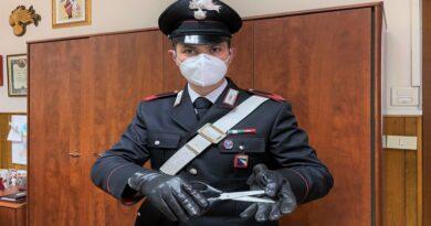 Armato di forbici minaccia una negoziante per rapinare una scatola di vino, arrestato senzatetto a Bologna
