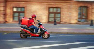 Consegnava pizze in motorino senza patente e senza assicurazione, denunciato rider a Bologna