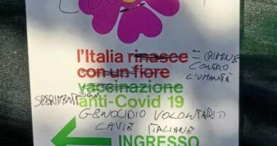 Vandali No vax imbrattano i cartelli del centro vaccinale di Pianoro