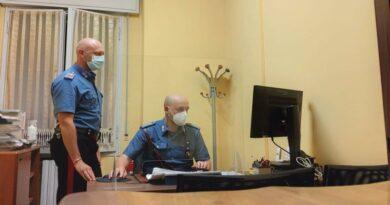 Ruba la carta di credito alla sua vicina 95enne e preleva 700 euro, denunciato 46enne