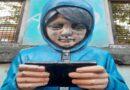 """Danneggiato """"ilcinno"""" della Bolognina, la scultura sull'uso giovanile della tecnologia"""