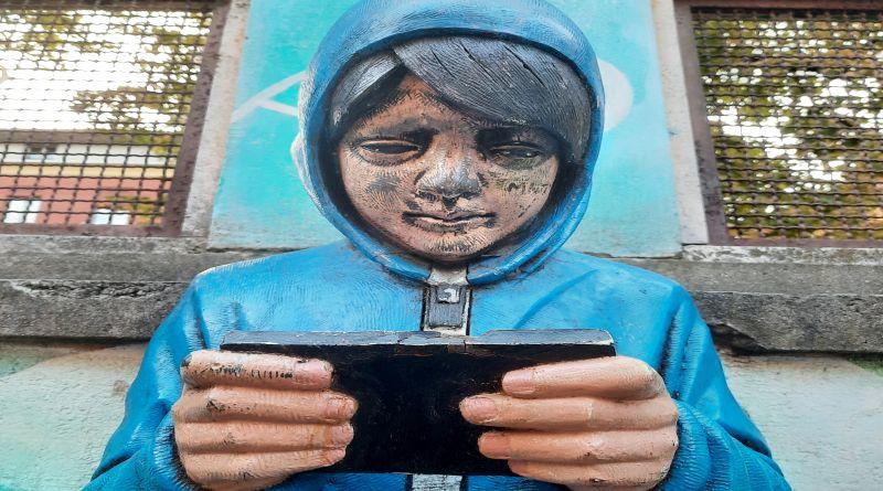 """bologna Danneggiato """"ilcinno"""" della Bolognina, la scultura sull'uso giovanile della tecnologia"""