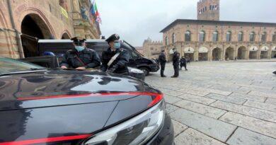 Si provano dei vestiti ed escono dal negozio senza pagarli, arrestati 2 ventenni via indipendenza bologna