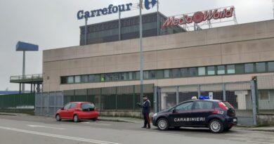 Provano a rubare 50 scatolette di tonno da un supermercato, arrestati due senzatetto bologna casalecchio carrefou